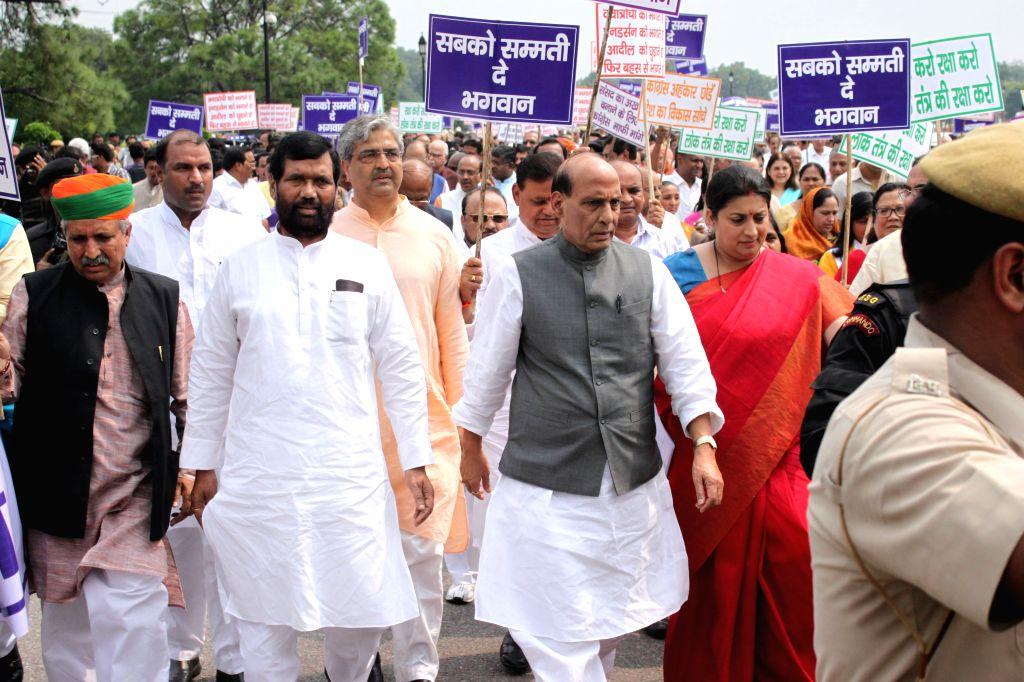 Union Home Minister Rajnath Singh, Union HRD Minister Smriti Irani, LJP chief and Union Minister for Consumer Affairs, Food and Public Distribution Ramvilas Paswan and other NDA MPs ... - Rajnath Singh and Smriti Irani