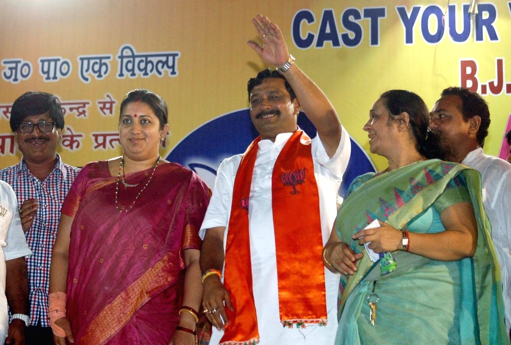 Union HRD Minister Smriti Irani and BJP leader Rahul Sinha during an election campaign ahead of the third phase of West Bengal Assembly elections in Kolkata on April 15, 2016. - Smriti Irani and Rahul Sinha