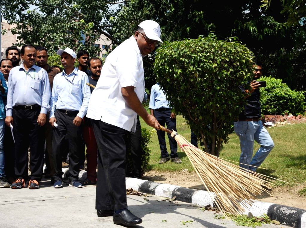 "Union Law, Justice and Electronics and Information Technology Minister Ravi Shankar Prasad participating in a cleanliness drive as part of the ""Swachhata Hi Seva"" Abhiyan, in New ... - Ravi Shankar Prasad"