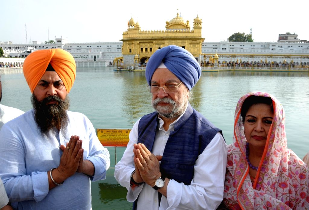 Union Minister and BJP's Lok Sabha candidate from Amritsar,  Hardeep Singh Puri and his wife Lakshmi Puri pay obeisance at the Golden Temple in Amritsar, on April 25, 2019. - Hardeep Singh Puri