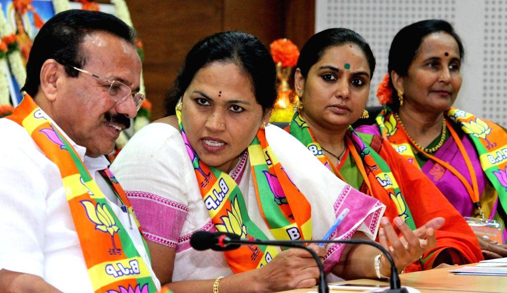 Union Minister DV Sadananda Gowda, MP Shobha Karandlaje and BJP leader and actress Shruti during BJP Mahila Morcha meeting at Jaganath Bhavan in Bengaluru on Oct 6, 2016. - D