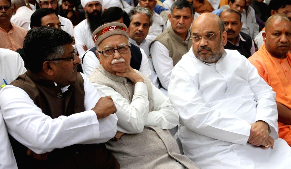 Union Minister for Communications and Information Technology Ravi Shankar Prasad, BJP veteran L K Advani, party chief Amit Shah, MP Yogi Adityanath at the cremation of late VHP leader ... - L K Advani and Amit Shah