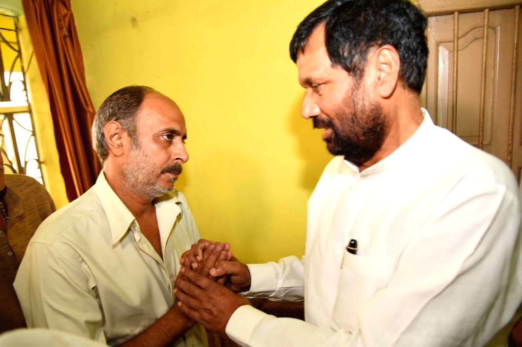 Union Minister for Consumer Affairs, Food and Public Distribution Ram Vilas Paswan meets the parents of Aditya Sachdeva who was allegedly shot dead by Rocky Yadav son of JD-U MLC Manorma Devi ... - Bindi Yadav