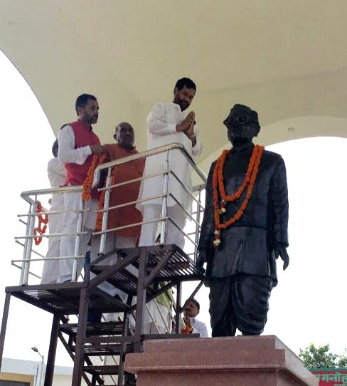 Union Minister for Consumer Affairs, Food and Public Distribution Ram Vilas Paswan pays tribute to Dr. Ram Manohar Lohia at his birthplace, Akbarpur, in Uttar Pradesh on Aug 14, 2016.