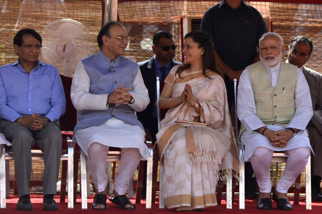 Union Minister for Finance Arun Jaitley interacts with Kobita Ramdanee-Jugnauth, wife of  the Mauritian Prime Minister Pravind Kumar Jugnauth at the Ceremonial Reception organised for ... - Pravind Kumar Jugnauth, Narendra Modi, Suresh Prabhakar Prabhu and Arun Jaitley