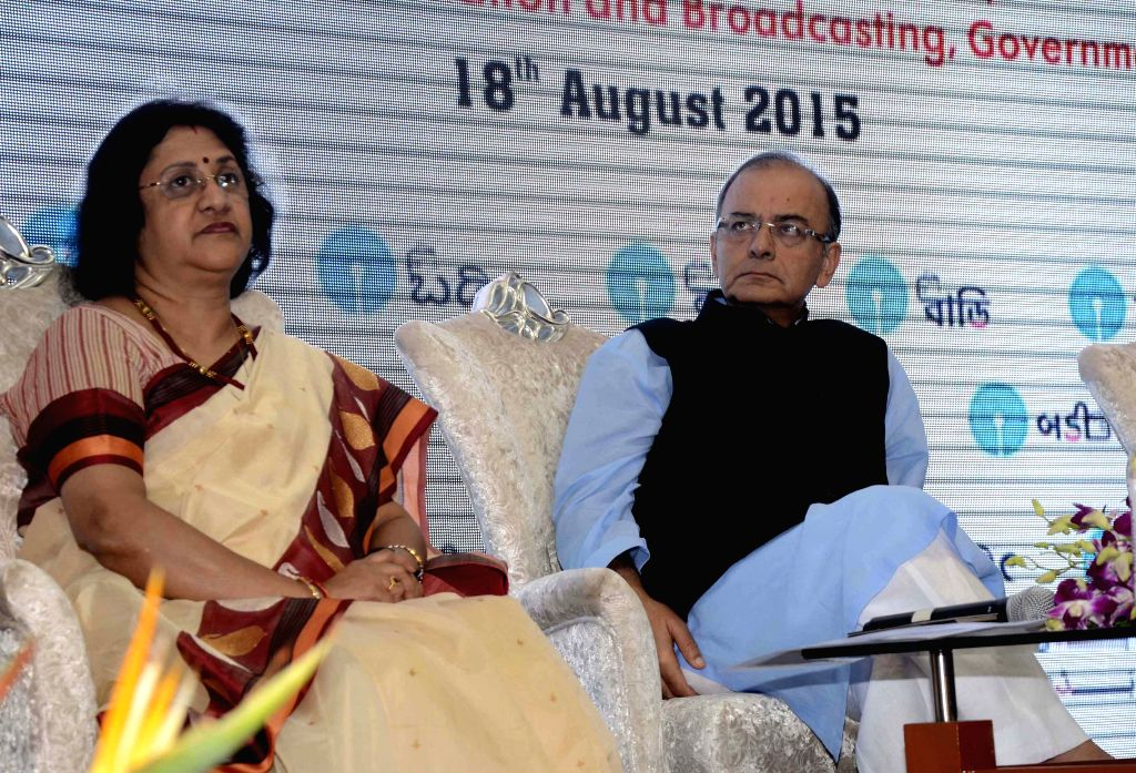 Union Minister for Finance, Corporate Affairs, and Information and Broadcasting Arun Jaitley and SBI chief Arundhati Bhattacharya during the launch of SBI`s `Mobile Wallet - ...