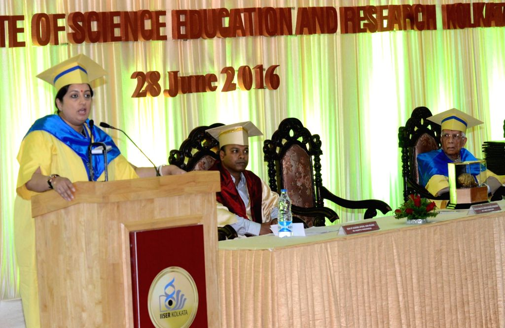 Union Minister for Human Resource Development Smriti Irani addresses at the 4th Convocation of the Indian Institute of Science Education & Research (IISER), Kolkata, at IISER, Mohanpur, ... - Keshari Nath Tripathi