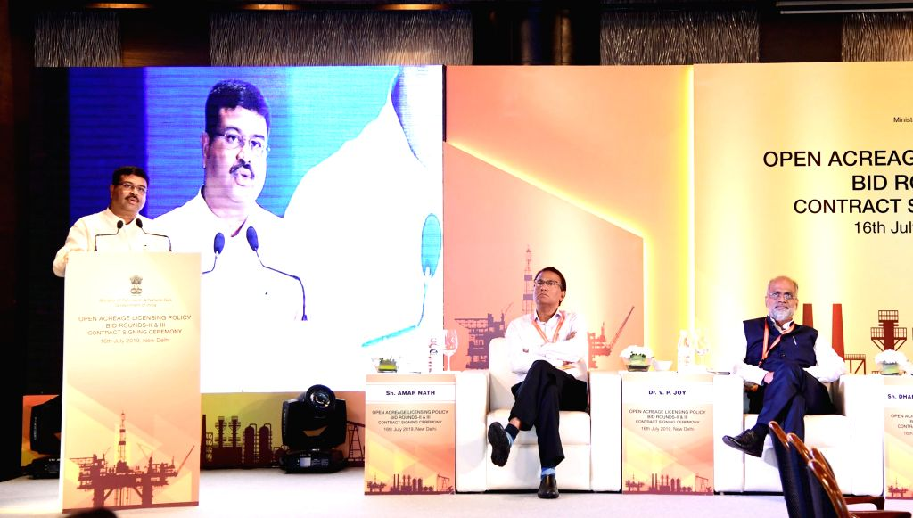 Union Minister for Petroleum & Natural Gas and Steel Dharmendra Pradhan addresses at the signing ceremony of Contracts with Awardees of OALP Bid Round-II & III, in New Delhi on ...