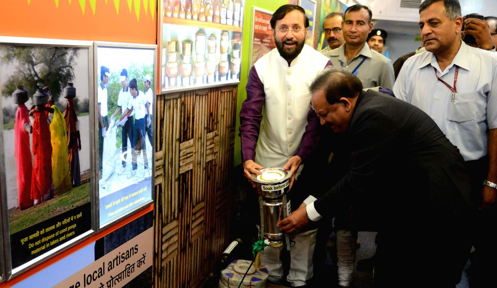 Union Minister for Science and Technology Harsh Vardhan and Union Environment Minister Prakash Javadekar in the Science Express - Climate Change Special at Safdarjan Railway Station in New ... - Prakash Javadekar