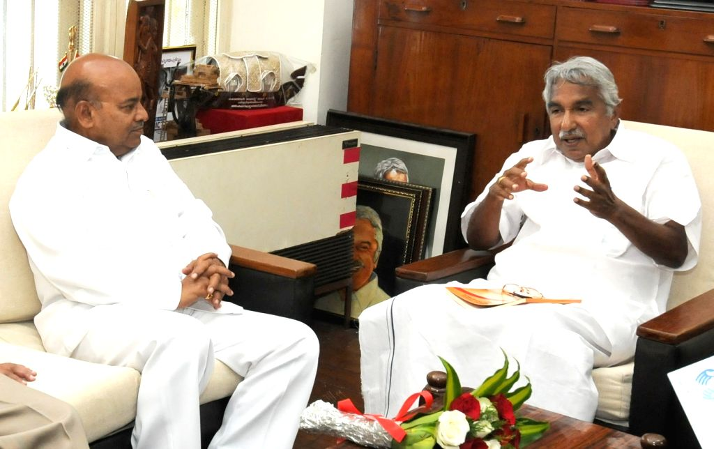 Union Minister for Social Justice and Empowerment Thaawar Chand Gehlot meets Kerala Chief Minister Oommen Chandy, in Thiruvananthapuram on Nov 28, 2015. - Oommen Chandy