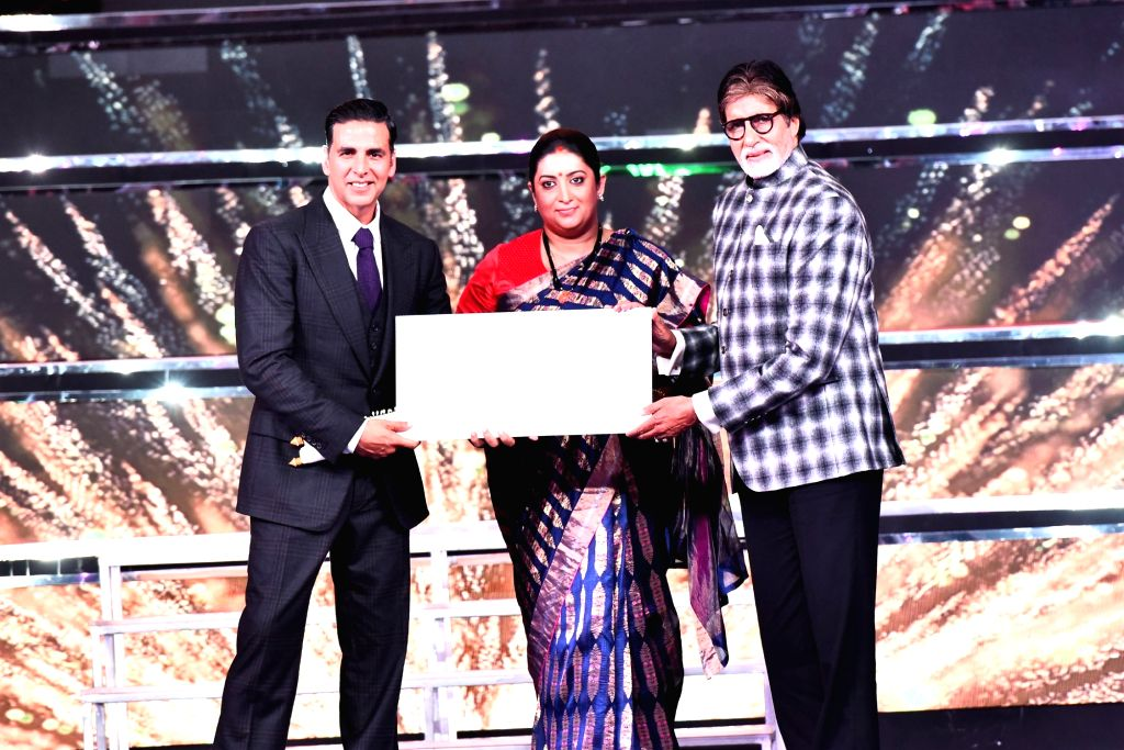 Union Minister for Textiles and Information and Broadcasting Smriti Irani presents the Indian Film Personality of the Year Award to actor Amitabh Bachchan at the closing ceremony of the 48th ... - Amitabh Bachchan, Smriti Irani and Akshay Kumar