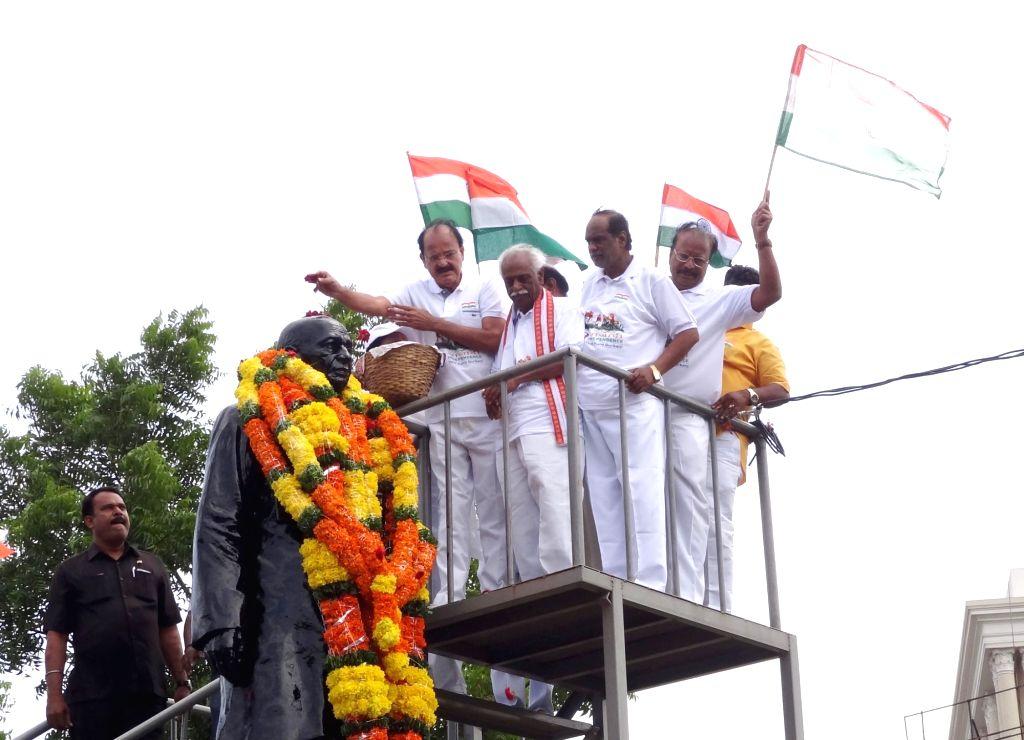 Union Minister for Urban Development, Housing & Urban Poverty Alleviation and Information & Broadcasting M. Venkaiah Naidu pays tribute to Sardar Patel, in Hyderabad on Aug 15, ... - M. Venkaiah Naidu and Sardar Patel