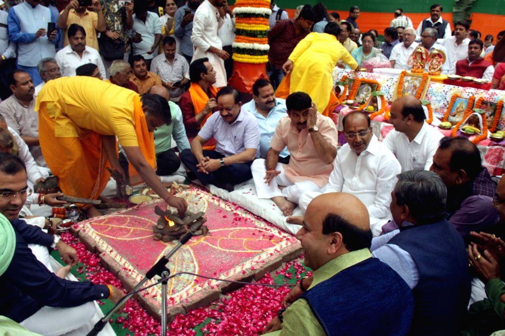 Union Minister Harsh Vardhan and BJP leaders Manoj Tiwari and Vijay Goel perform 'hawan' ahead of Delhi Assembly elections, in New Delhi on Oct 30. - Harsh Vardhan