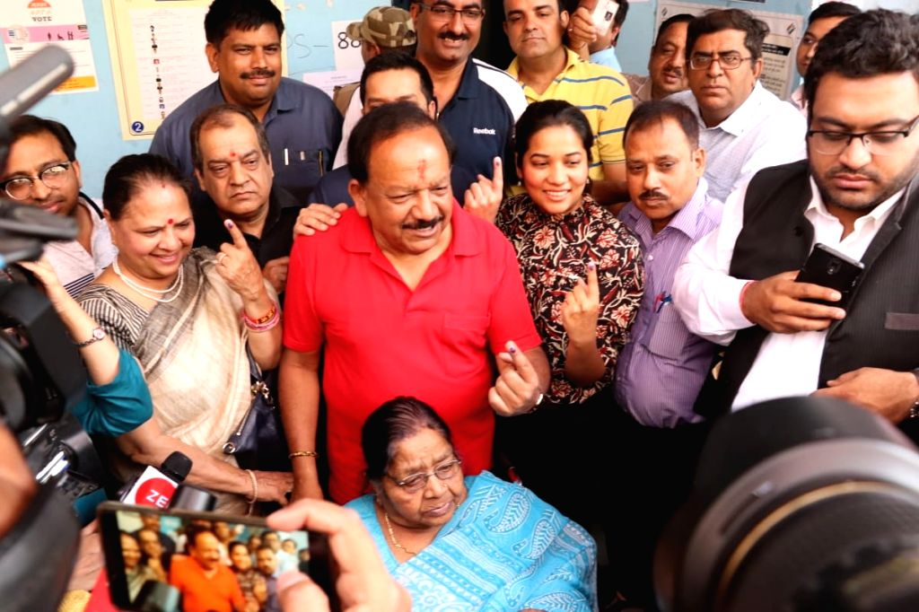 Union Minister Harsh Vardhan shows his forefinger marked with indelible ink after casting vote during the sixth phase of 2019 Lok Sabha elections, in New Delhi on May 12, 2019. - Harsh Vardhan