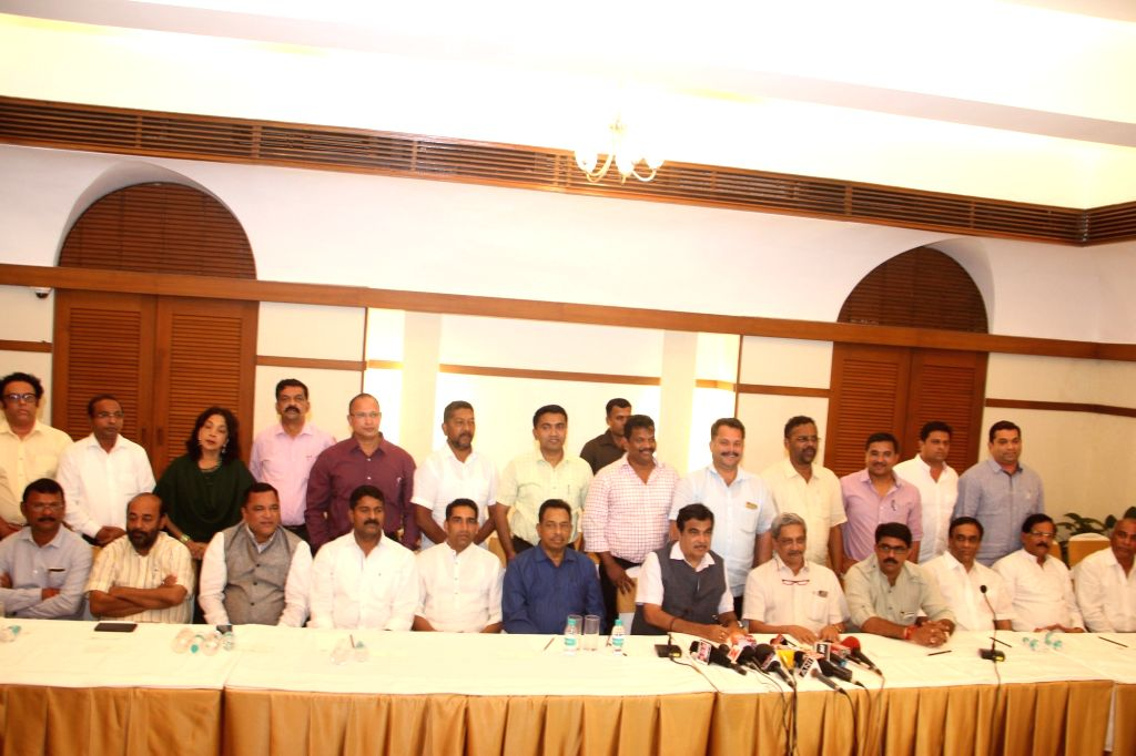 Union Minister Nitin Gadkari and Union Defence Minister Manohar Parrikar along with BJP MLAs and MGP/Goa Forward and independent MLAs during their joint meeting to announce forming of ... - Nitin Gadkari