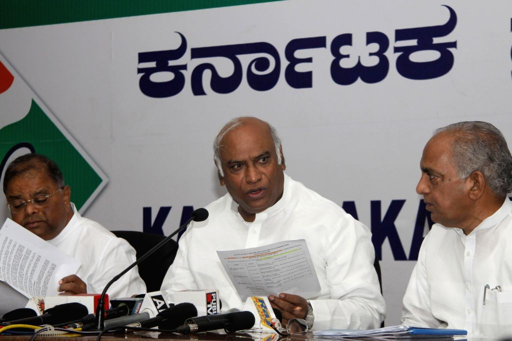 Union Minister of Railway, Mallikarjuna Kharge addressing press conference at Congress Office in Bengaluru on August 16, 2013. (Photo::: IANS)