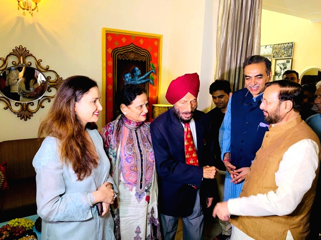 Union Minister Prakash Javadekar meets legendary track athlete Milkha Singh at his residence in Chandigarh, on Sep 4, 2019. - Prakash Javadekar and Milkha Singh