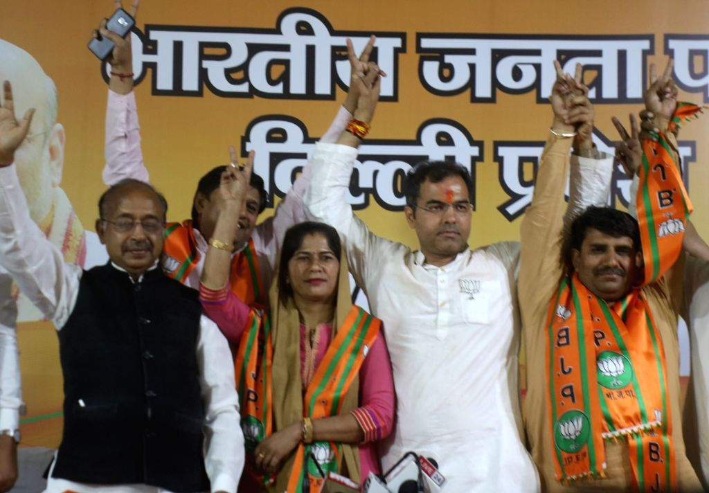 Union Minister Vijay Goel and BJP's Lok Sabha candidate from West Delhi, Parvesh Singh Verma welcome new joinees Meena Tarun Yadav and Ashok Sharma into the party at BJP headquarter in New ... - Vijay Goel, Parvesh Singh Verma, Meena Tarun Yadav and Ashok Sharma