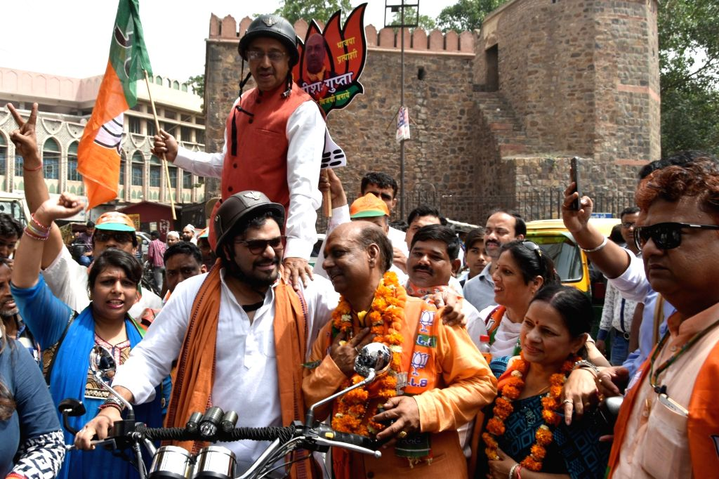 Union Ministers Babul Supriyo and Vijay Goel ride a bike as they campaign for BJP ahead of Delhi MCD Polls at Ajmeri Gate in New Delhi on April 21, 2017.The main contest in the April 23 ... - Babul Supriyo and Vijay Goel
