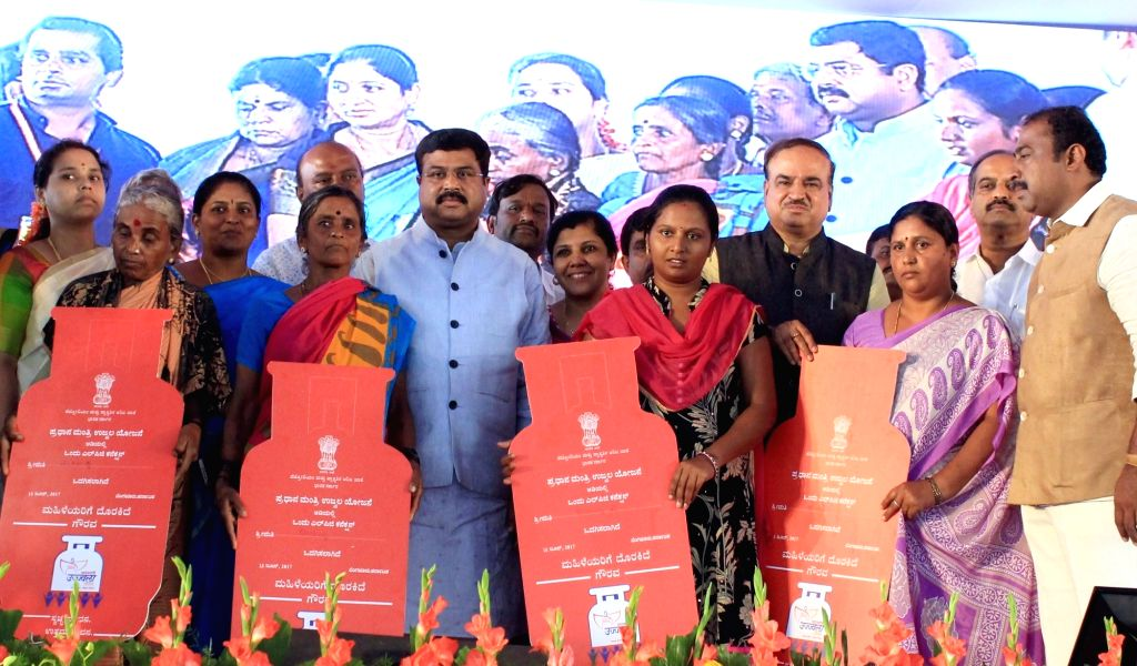 Union Ministers Dharmendra Pradhan and Ananth Kumar during a programme organised to launch Bengaluru City Gas Distribution Project, CNG Gas Station and Pradhan Mantri Ujjwala Yojana in ... - Dharmendra Pradhan and Ananth Kumar