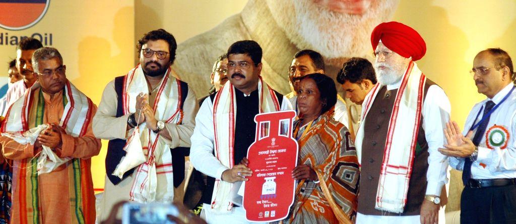 Union Ministers Dharmendra Pradhan and  Babul Supriyo and BJP MP S. S. Ahluwalia at the launch of Pradhan Mantri Ujjwala Yojana (PMUY)  in Kolkata, on Aug 14, 2016. Also seen West Bengal BJP ... - Dharmendra Pradhan, Babul Supriyo and Dilip Ghosh