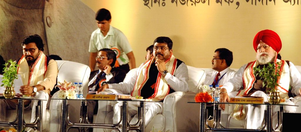 Union Ministers Dharmendra Pradhan and  Babul Supriyo and BJP MP S. S. Ahluwalia at the launch of Pradhan Mantri Ujjwala Yojana (PMUY)  in Kolkata, on Aug 14, 2016. - Dharmendra Pradhan and Babul Supriyo