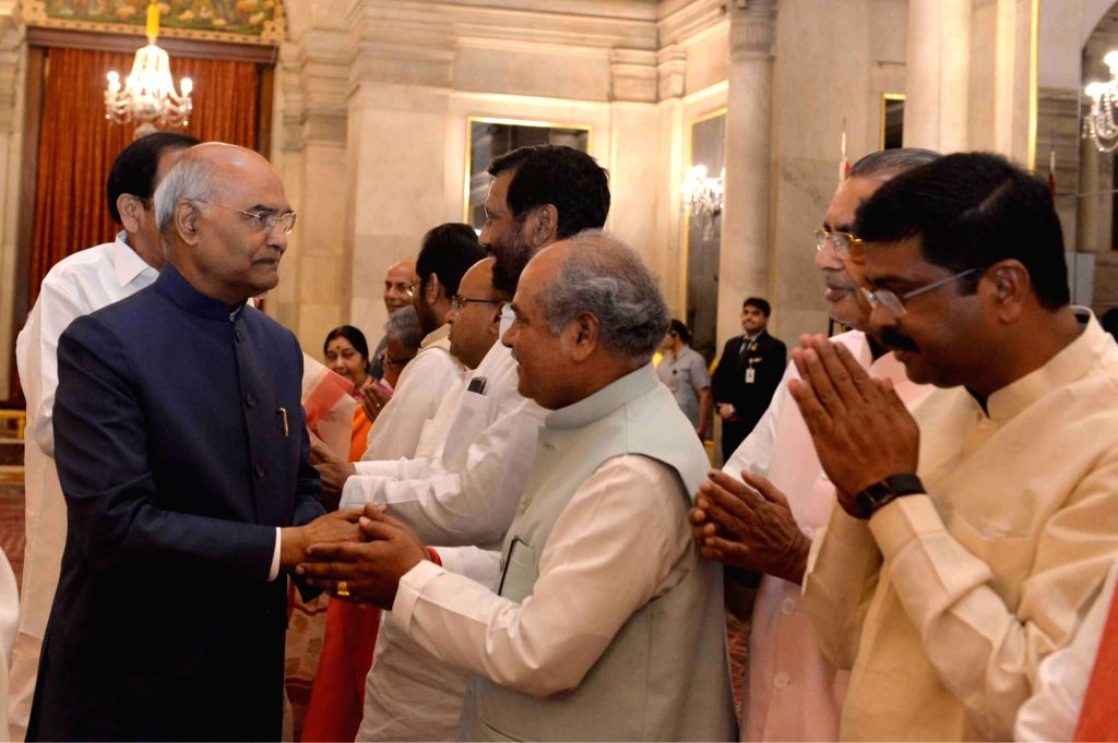 Union Ministers Thawar Chand Gehlot, Ram Vilas Paswan, Narendra Singh Tomar, Radha Mohan Singh and Dharmendra Pradhan greet President Ram Nath Kovind during a banquet hosted by the latter ... - Narendra Modi, Thawar Chand Gehlot, Ram Vilas Paswan, Narendra Singh Tomar, Radha Mohan Singh, Dharmendra Pradhan and Nath Kovind