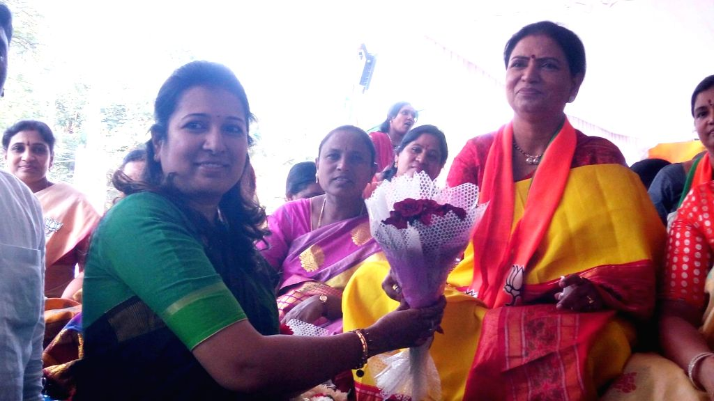 Union MoS Home Affairs G. Kishan Reddy's wife Kavya Kishan Reddy greets BJP leader DK Aruna who went on a hunger strike against  'unlimited sale of liquor' in Telangana; in Hyderabad on ... - Kavya Kishan Reddy