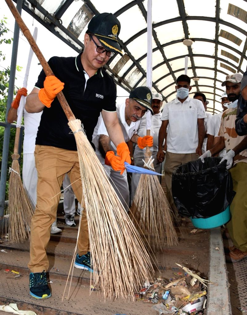 """Union MoS Home Affairs Kiren Rijiju participates in cleanliness drive as part of the """"Swachhata Hi Sewa"""" Abhiyan, in New Delhi, on Sept 17, 2018."""