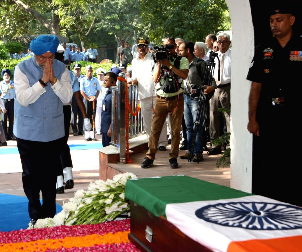 Union MoS Housing and Urban Affairs (I/C) Hardeep Singh Puri pays homage to Marshal of the Indian Air Force (IAF) Arjan Singh at Brar Square crematorium in New Delhi on Sept 18, 2017. - Hardeep Singh Puri and Arjan Singh