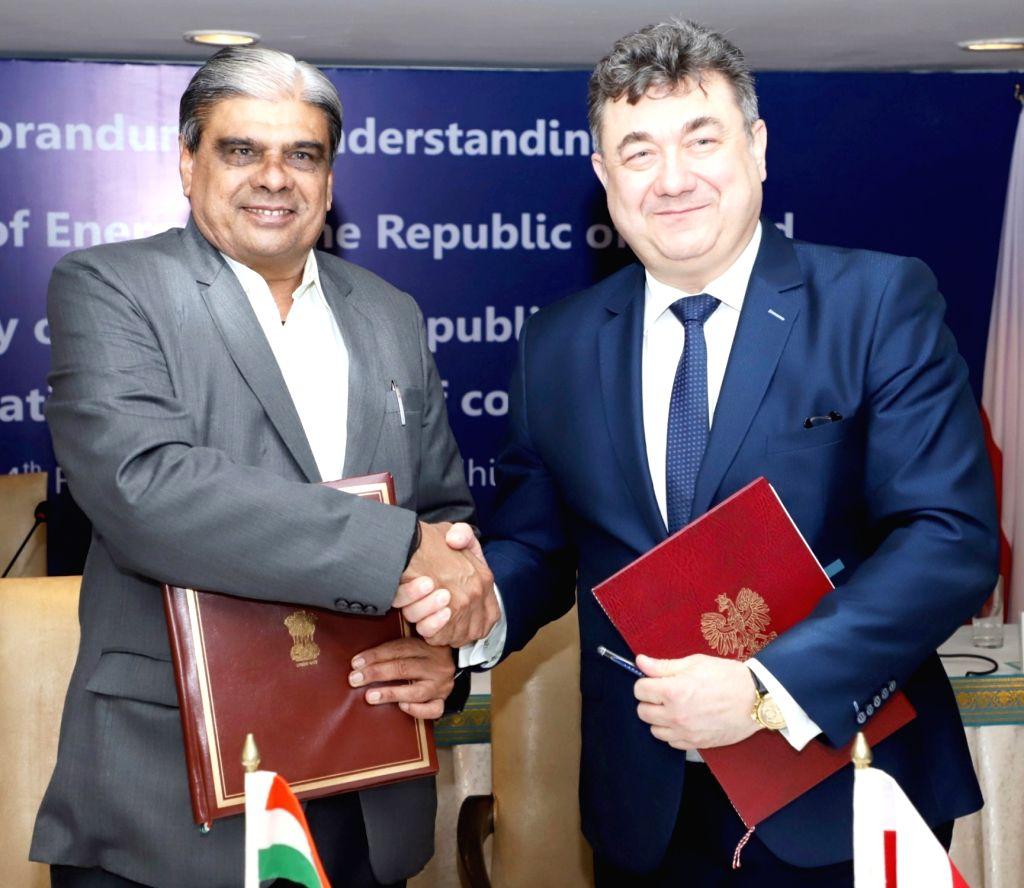 Union MoS Mines and Coal Haribhai Parthibhai Chaudhary and Grzegorz Tobiszowski, Secretary of State, Ministry of Energy, Poland at the signing of an MoU between India's Ministry of Coal ... - Haribhai Parthibhai Chaudhary