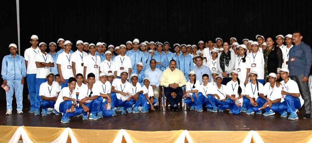 Union MoS Prime Minister's Office Jitendra Singh with the students of Jammu and Kashmir who are on Bharat Darshan tour; in New Delhi on Sept 15, 2018. - Jitendra Singh