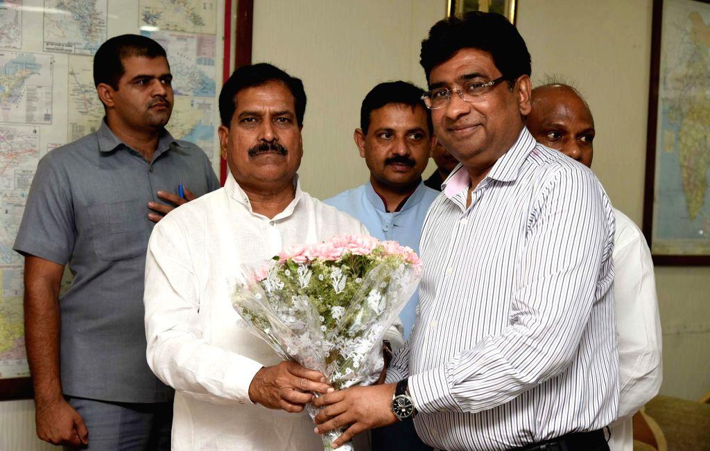 Union MoS Railways Suresh Angadi being greeted by the Railway Board Chairman, Vinod Kumar Yadav, as he arrives to take charge in New Delhi on May 31, 2019. - Vinod Kumar Yadav