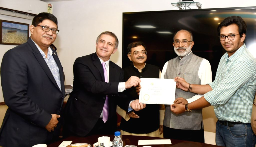 "Union MoS Tourism Alphons Kannanthanam and Israeli Ambassador to India Daniel Carmon present awards to the winners of photo contest on the coverage of ""Israel Prime Minister's visit ..."