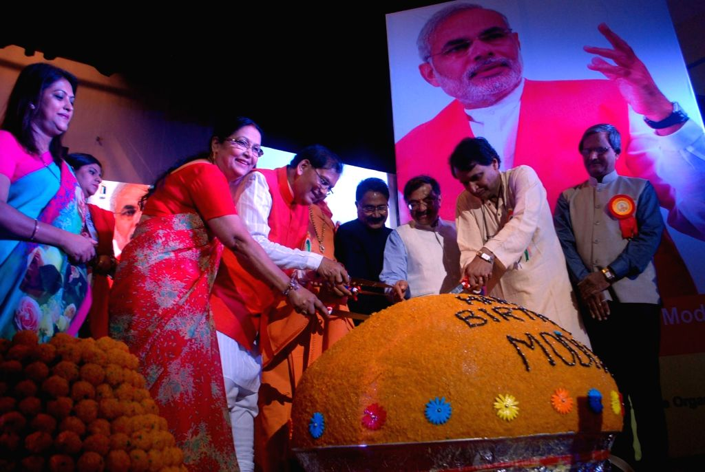 Union Railway Minister Suresh Prabhakar Prabhu inaugurates Swachh Diwas on the occasion Prime Minister Narendra Modi's birthday with 500 Kg laddu in New Delhi on Sept 17, 2016. - Suresh Prabhakar Prabhu and Narendra Modi