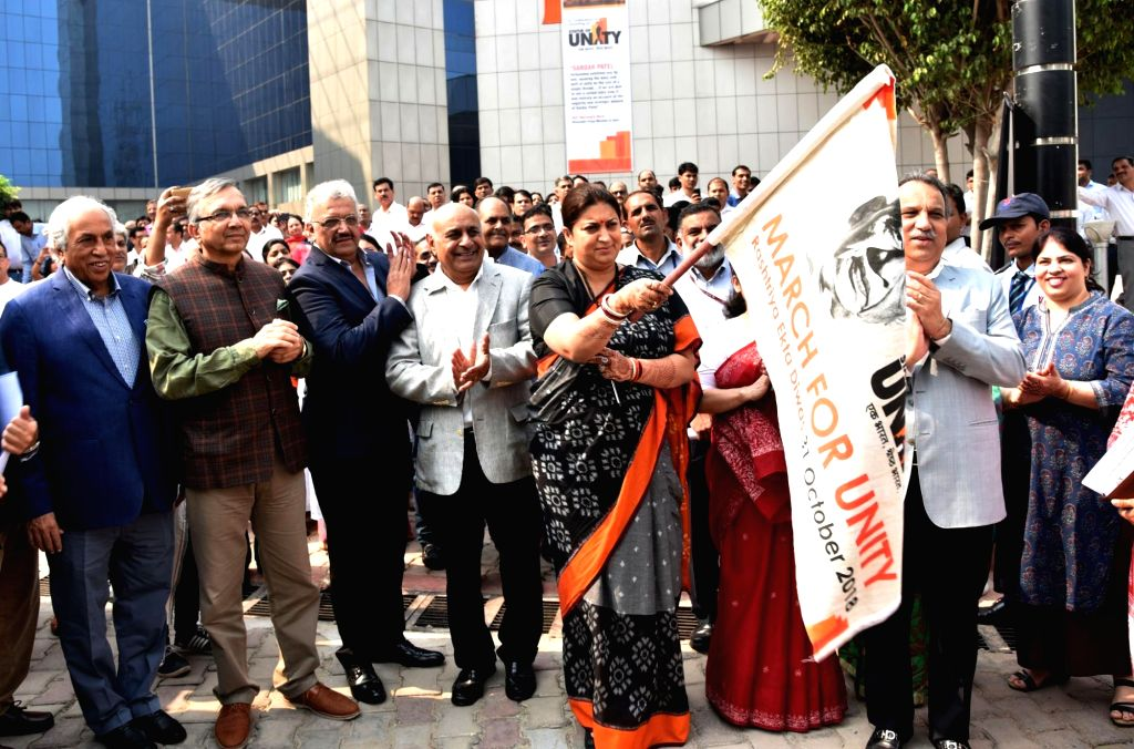 Union Textiles Minister Smriti Irani administers 'Rashtriya Ekta Diwas' pledge on birth anniversary of the country's first Home Minister Sardar Vallabhbhai Patel in Gurugram on Oct 31, 2018. - Smriti Irani and Sardar Vallabhbhai Patel