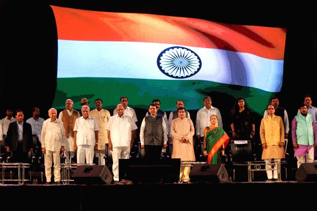 Union Transport Minister Nitin Gadkari celebrates his 60th birthday with Maharashtra Chief Minister Devendra Fadnavis, Madhya Pradesh Chief Minister Shivraj Singh Chouhan, Union Minister ... - Nitin Gadkari and Shivraj Singh Chouhan