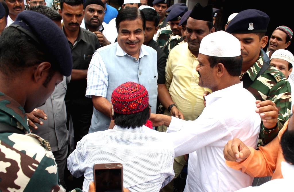 Union Transport Minister Nitin Gadkari exchanging greetings on the occasion of Eid-ul-Fitr in Nagpur on June 26, 2017. - Nitin Gadkari