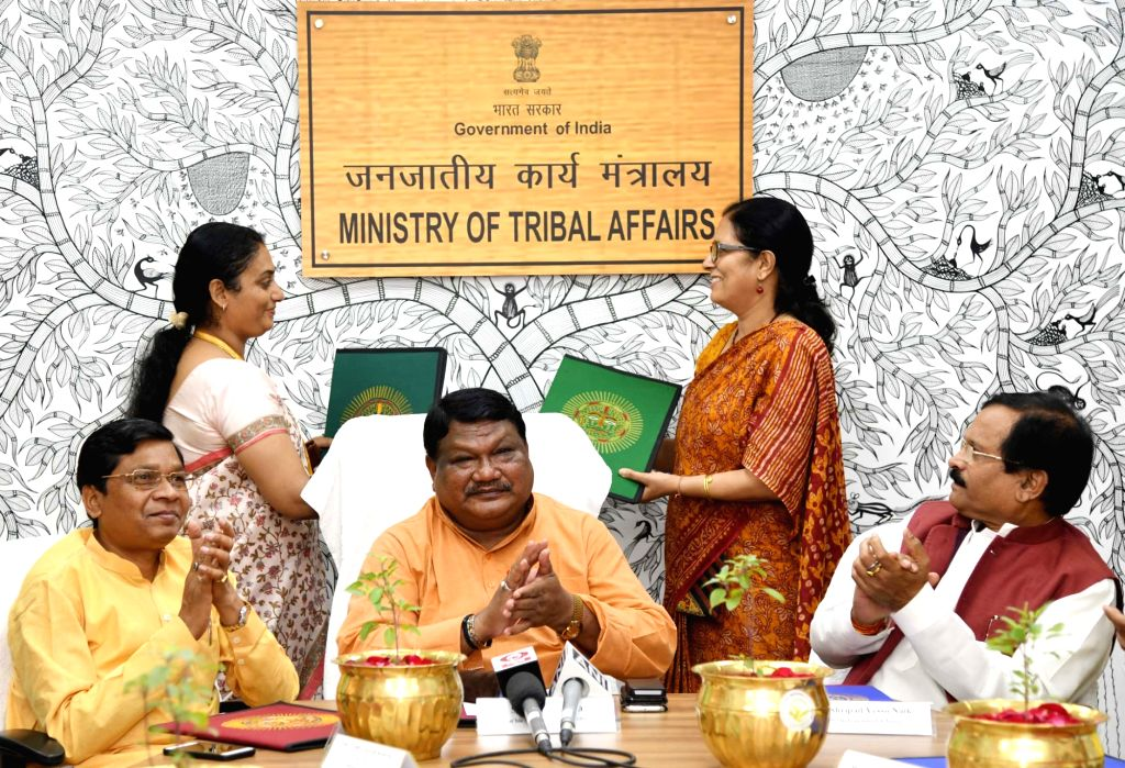 Union Tribal Affairs Minister Jual Oram, Union MoS AYUSH Shripad Yesso Naik and Union MoS Tribal Affairs Sudarshan Bhagat witness the exchange of an MoU between Tribal Cooperative ... - Jual Oram