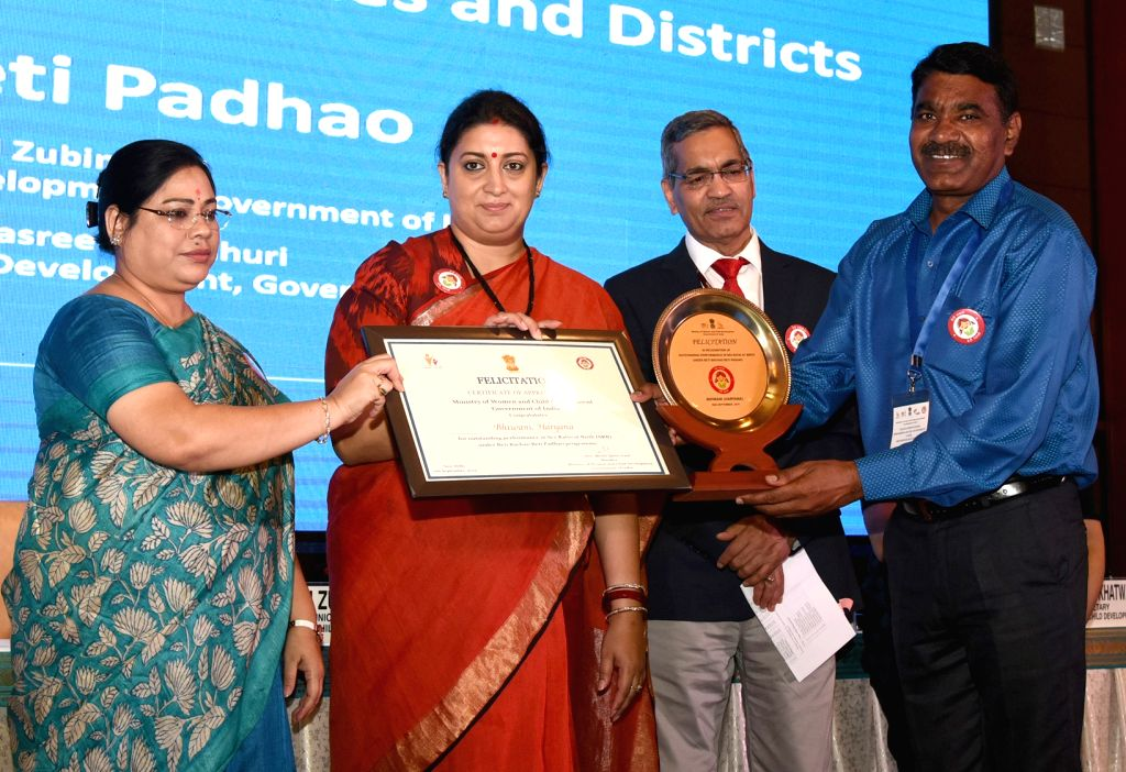 Union Women and Child Development and Textiles Minister Smriti Irani felicitates the Good Performing States and Districts under Beti Bachao Beti Padhao programme, in New Delhi on Sep 6, ... - Smriti Irani