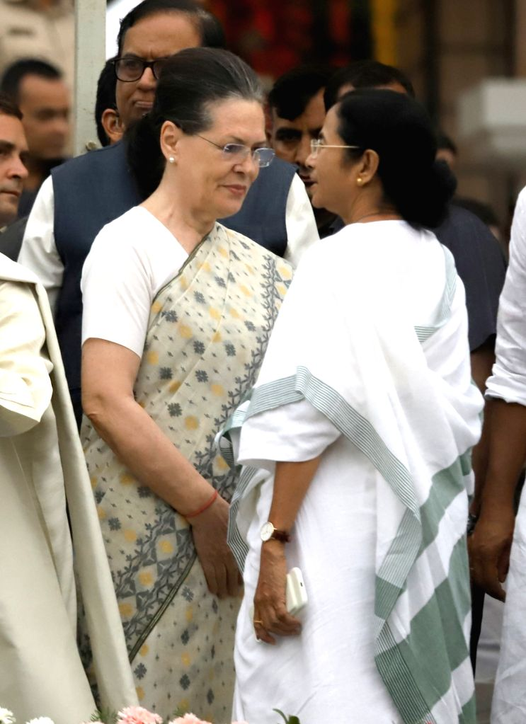 UPA chairperson Sonia Gandhi and West Bengal Chief Minister Mamata Banerjee at the swearing in ceremony JD(S) leader H.D. Kumaraswamy in Bengaluru on May 23, 2018. - Mamata Banerjee and Sonia Gandhi