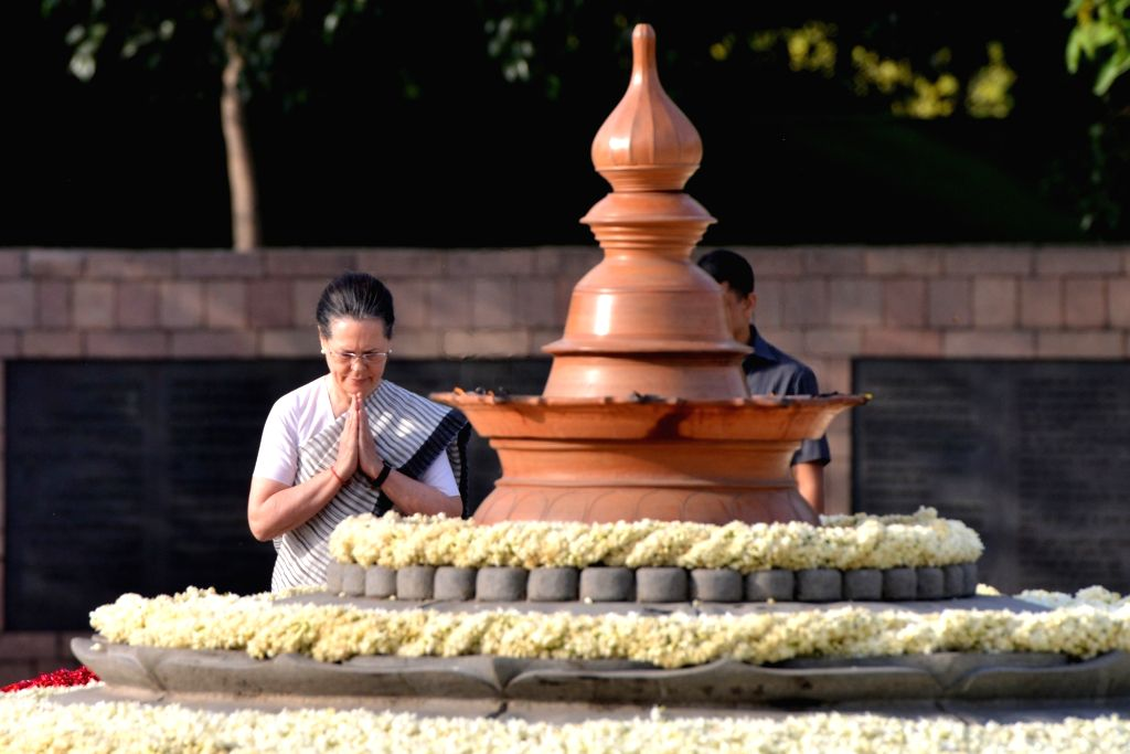 UPA chairperson Sonia Gandhi pays homage to husband and former Prime Minister Rajiv Gandhi on his 27th death anniversary at Vir Bhumi in New Delhi on May 21, 2018. - Rajiv Gandhi and Sonia Gandhi