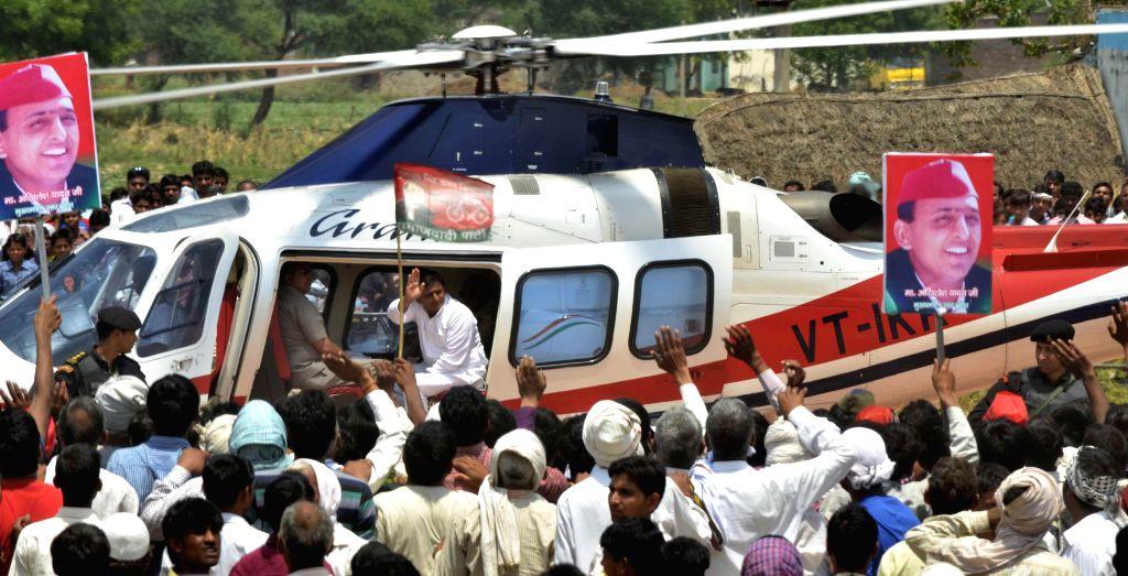 Uttar Pradesh Chief Minister and Samajwadi Party leader Akhilesh Yadav leaves after attending a rally in Agra on April 20, 2014. - Akhilesh Yadav