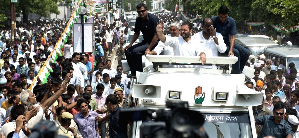 Uttar Pradesh: Congress vice president Rahul Gandhi during Kisan Yatra in Uttar Pradesh on Sept 19, 2016. - Rahul Gandhi