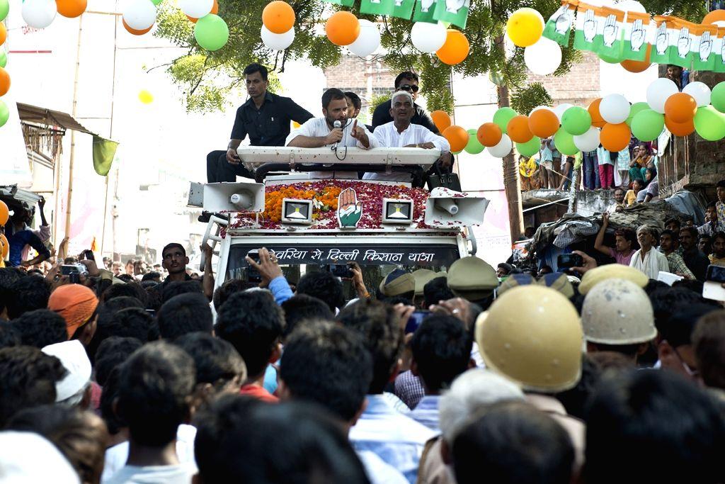Uttar Pradesh: Congress vice president Rahul Gandhi during Kisan Yatra in Uttar Pradesh on Sept 20, 2016. - Rahul Gandhi