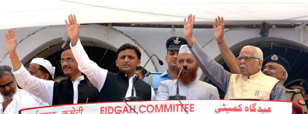 Uttar Pradesh Governor Ram Naik, UP Deputy Chief Minister Dinesh Sharma with former Chief Minister Akhilesh Yadav at the greeting muslims on the occasion of Eid-ul-Fitr at Idgah in Lucknow ... - Dinesh Sharma and Akhilesh Yadav