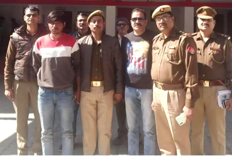 Uttar Pradesh police arrested rewarded murderer crook in Jhansi.