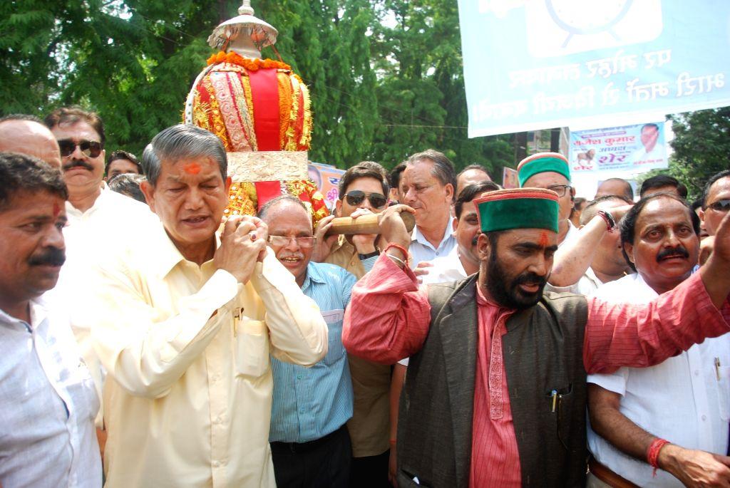 Uttarakhand Chief Minister Harish Rawat carry the doli -palanquin- of Vishwanath Jagdishila in Dehradun, on May 20, 2016. - Harish Rawat