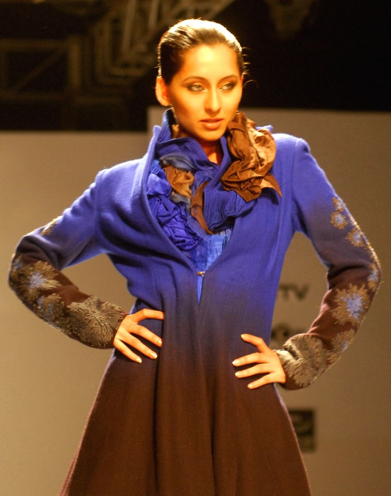V J Anuska at the ramp for designer Anjana Bhargav during the Kolkata Fashion Week on 4 Apr 2009.