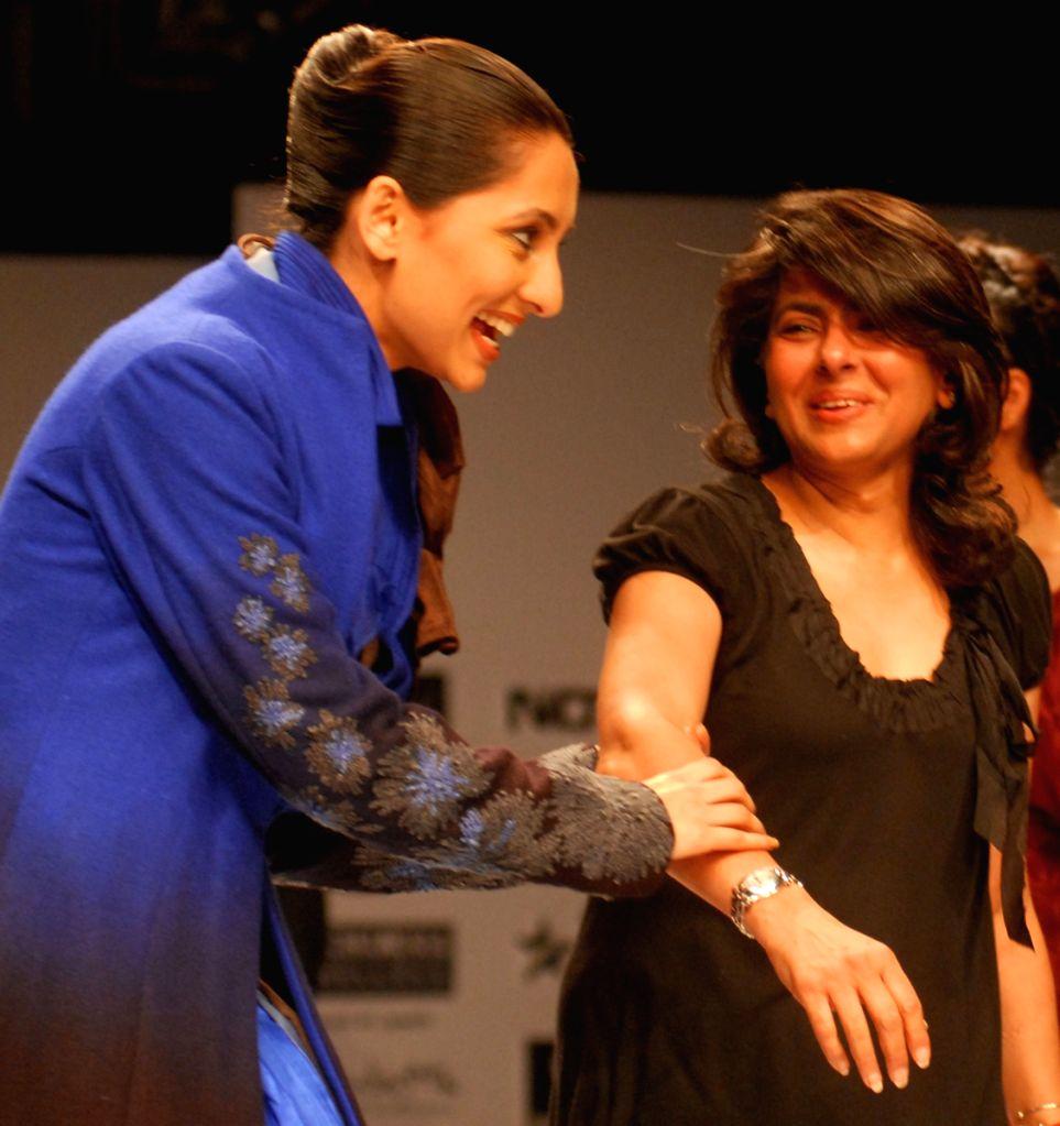 V J Anuska at the ramp with designer Anjana Bhargav during the Kolkata Fashion Week on 4 Apr 2009.